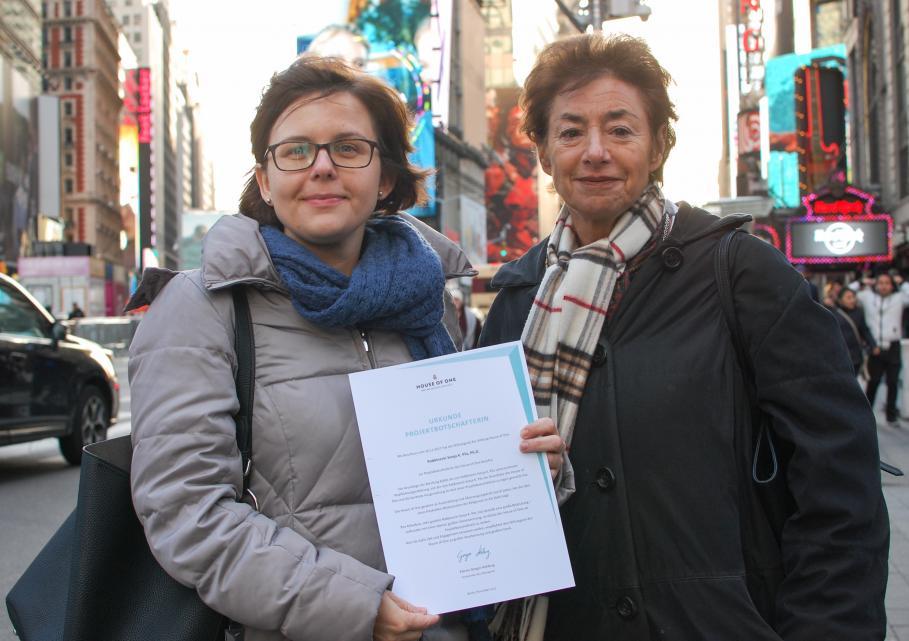 Barbara Witting (rechts, Mitglied des Stiftungsrats, überreicht Rabbinerin Sonja K. Pilz (links) in New York die Projektbotschafter-Urkunde