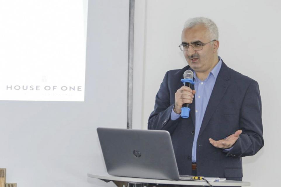 Süleyman Bag beim Informationsabend zum House of One in Bischkek, Kirgisistan