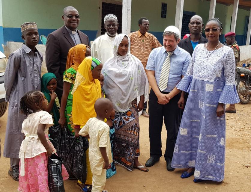 Imam Sanci vom House of One übergibt Spenden in der Zentralafrikanischen Republik. Kurban. Opferfest. Christen. Muslime