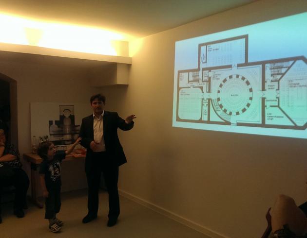 Imam Kadir Sanci erläutert den Grundriss des House of One.