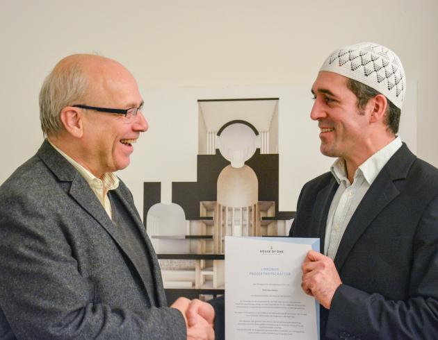 Klaus Mertes erhält die Projektbotschafterurkunde von Osman Örs
