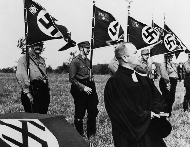 Cut / Standartenweihe des NSKK im Berliner Grunewald, Sommer 1933 / Pfarrer Hoff (Copyright: bpk / Carl Weinrother)